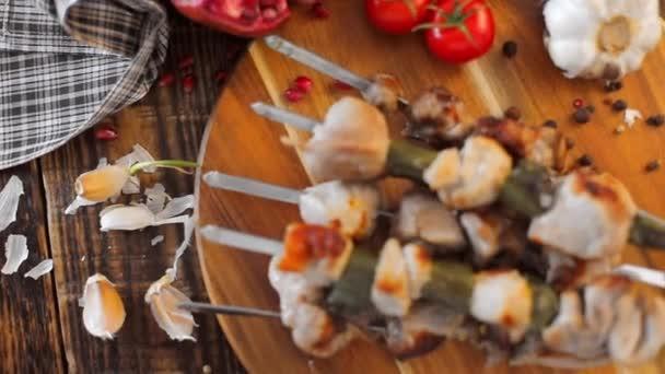 Video z špejle na špejle detail. Šťavnaté chutné maso vařené na otevřeném ohni. Rustikální. Zátiší s textilií na dřevěné pozadí