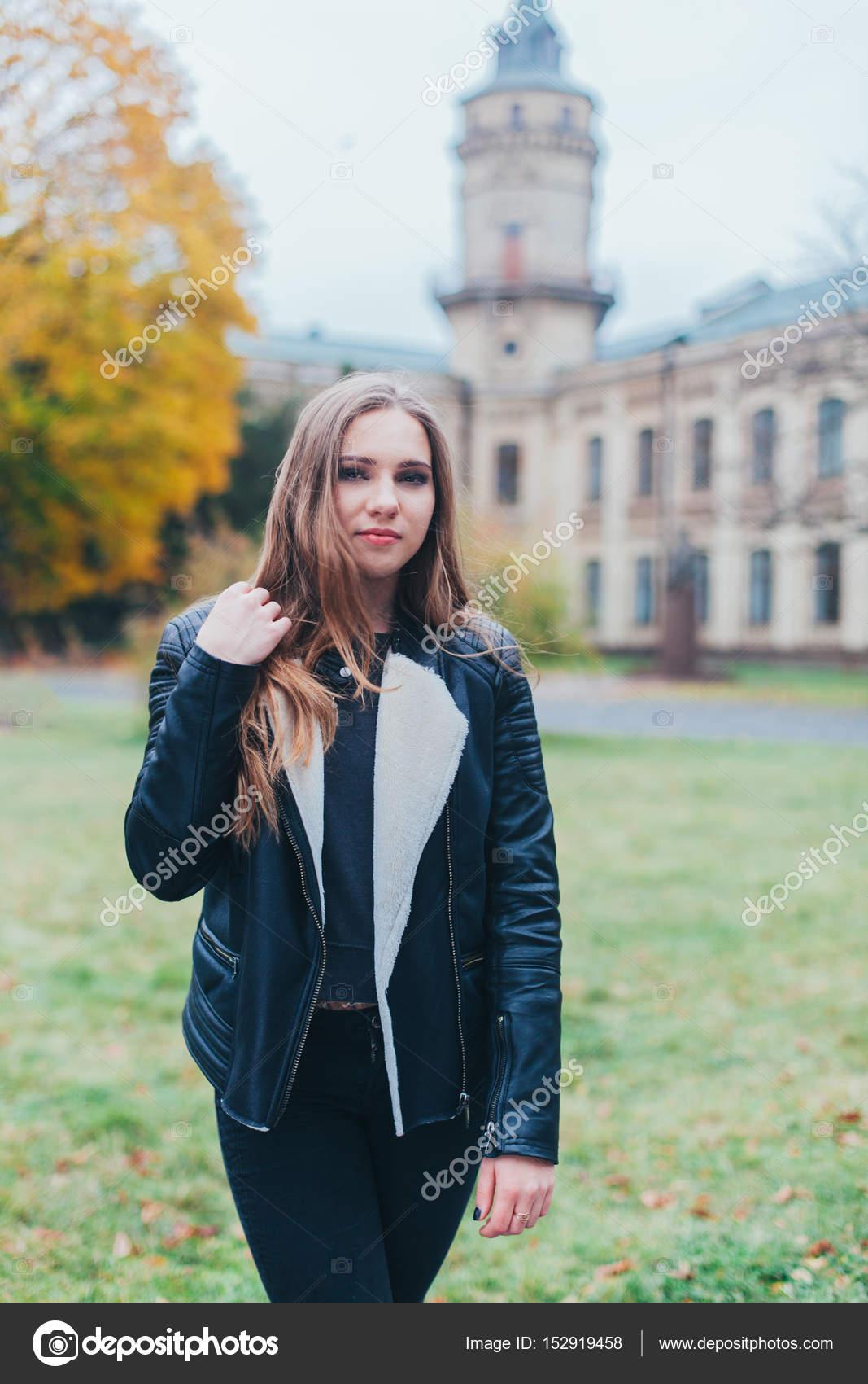 Portré divat egy gyönyörű szőke fiatal kaukázusi nő fekete szőr hideg őszi  getaways tavaszi kabát. 08bfc95768