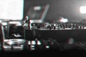 DJ mixer disco osvětlena světlomety