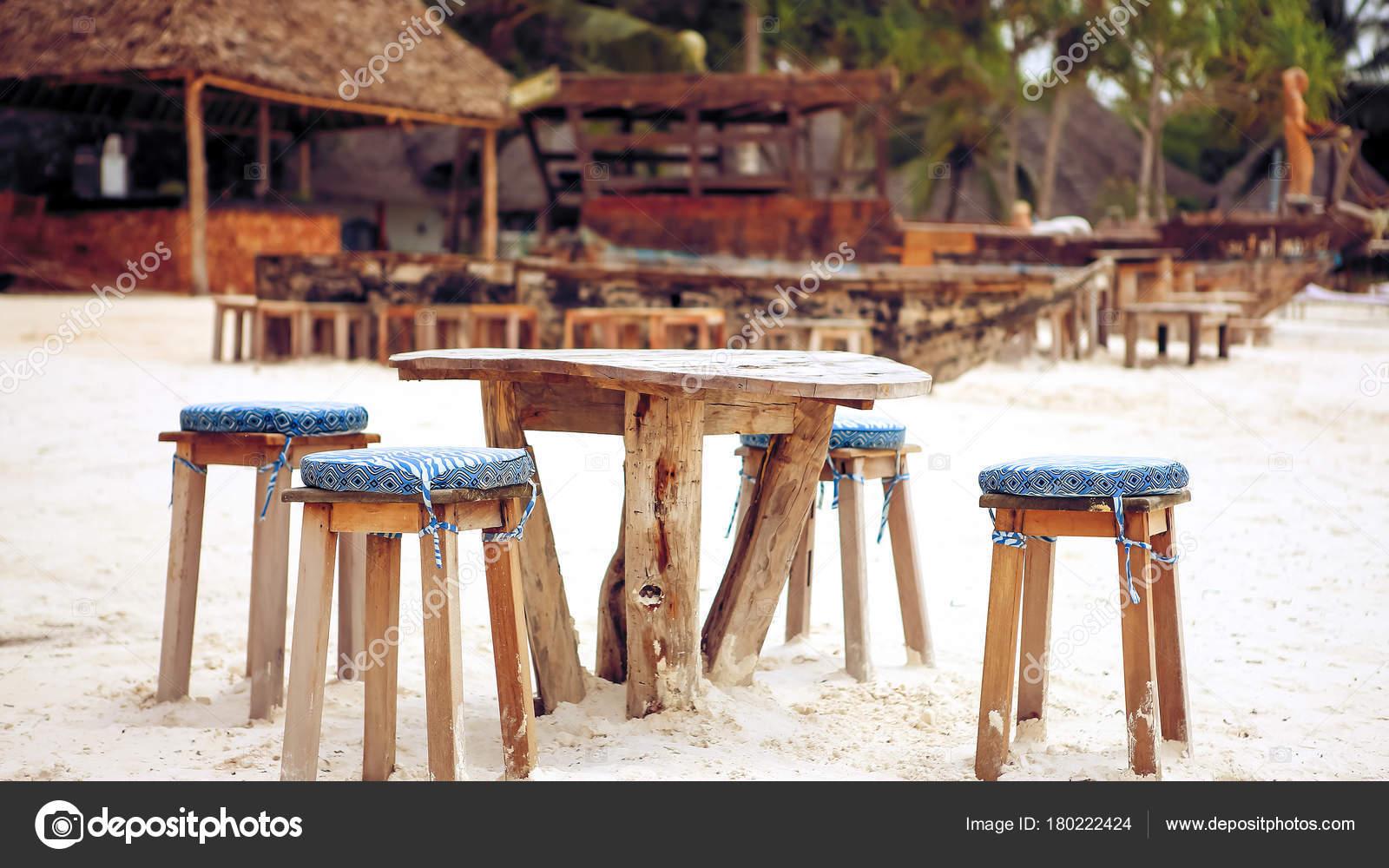Holztisch Und Stühle Am Strand Möbel Für Faulenzen Am Stockfoto