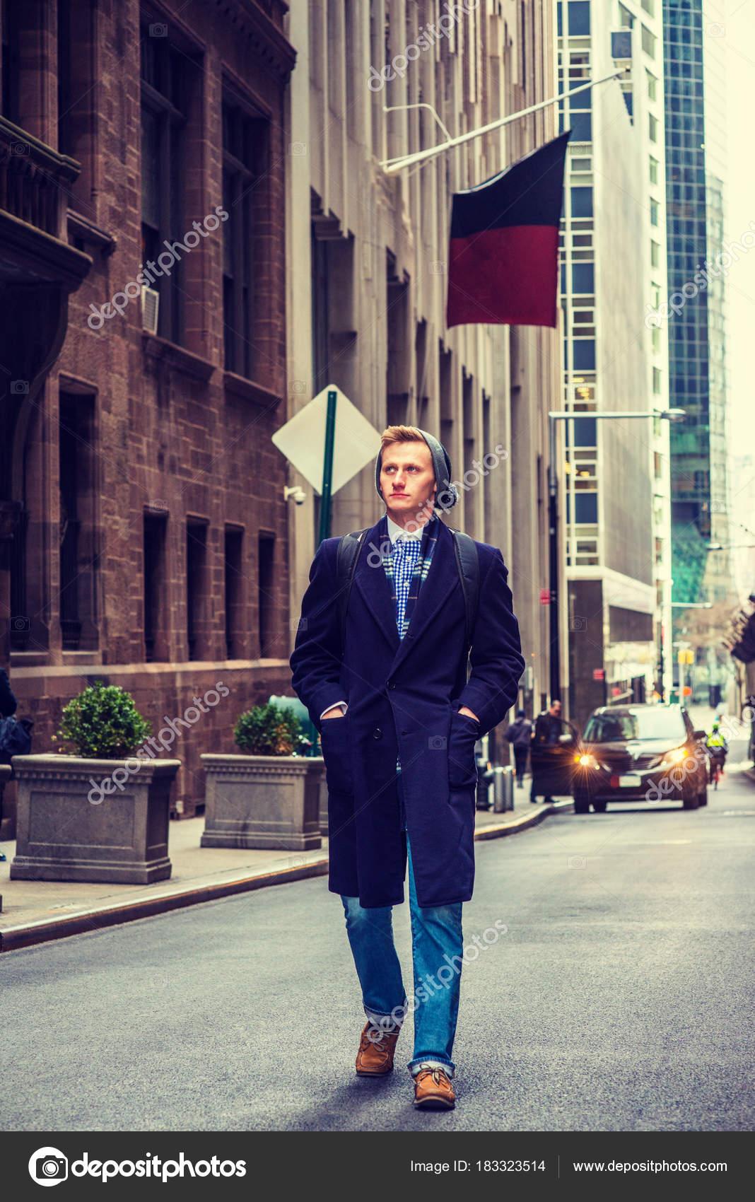 la sac mains poches voyageant manteau dans à long dos York homme bleu rue foulard avec Bonnet les marcher New tricoter porte jeans Américain sur qOU1xZww