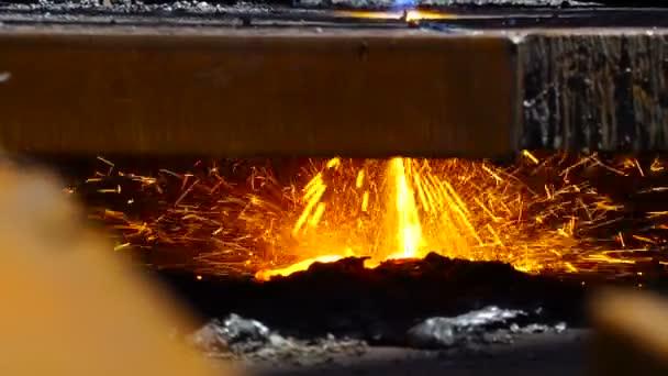 Řezání kovů s plynovým hořákem plamen v odvětví kovů pracovník jiskry blízko