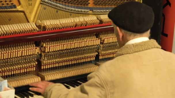 alte mann ist spielen klavier mit er ffnet mechanismus og saiten und h mmer in unterirdische u. Black Bedroom Furniture Sets. Home Design Ideas