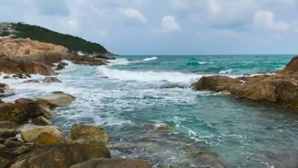 Azure tengerre Surf lélegzetelállító hullámok és kő Rock. Thaiföld, Ko Samui.
