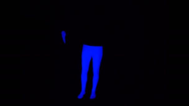 Ultravioletta inferiore - gambe e pugni pantomima blu sulla scena Black in azione di Blacklight.