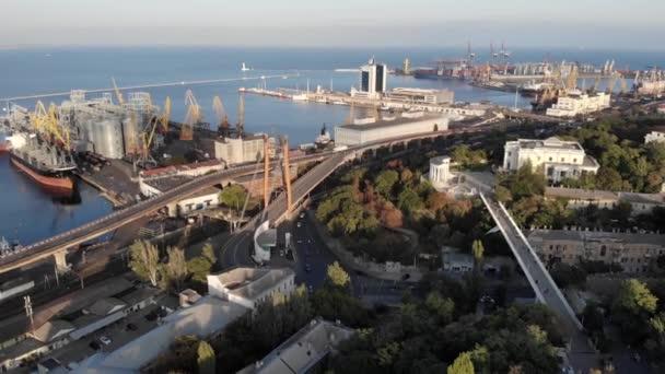 Luftaufnahme der Stadt Odessa und des Seehafens bei sonnigem Sommertag Drohne