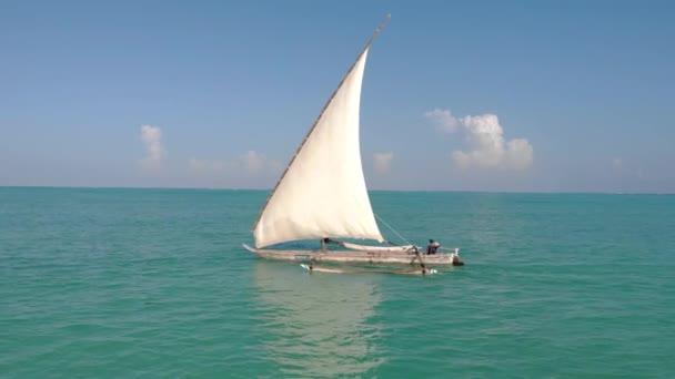 Hagyományos afrikai vitorlás a Zanzibar sziget Paje strand kék Indiai-óceán légi kilátás. Unguja, Tanzánia