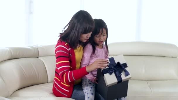 Dítě a matka otevřené krabičky