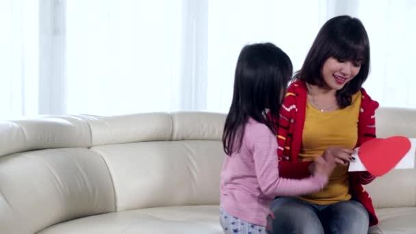 Dítě dává milostný dopis na její matka