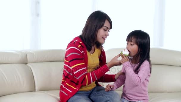 Matka a dcera jíst cukroví