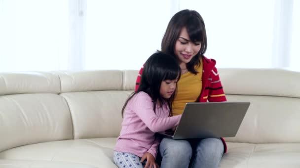 Matka a dcera používání notebooku na pohovce