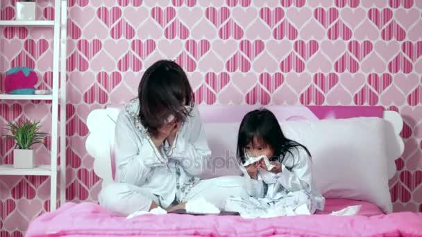 Kind und Mutter in ein Papiertaschentuch Niesen