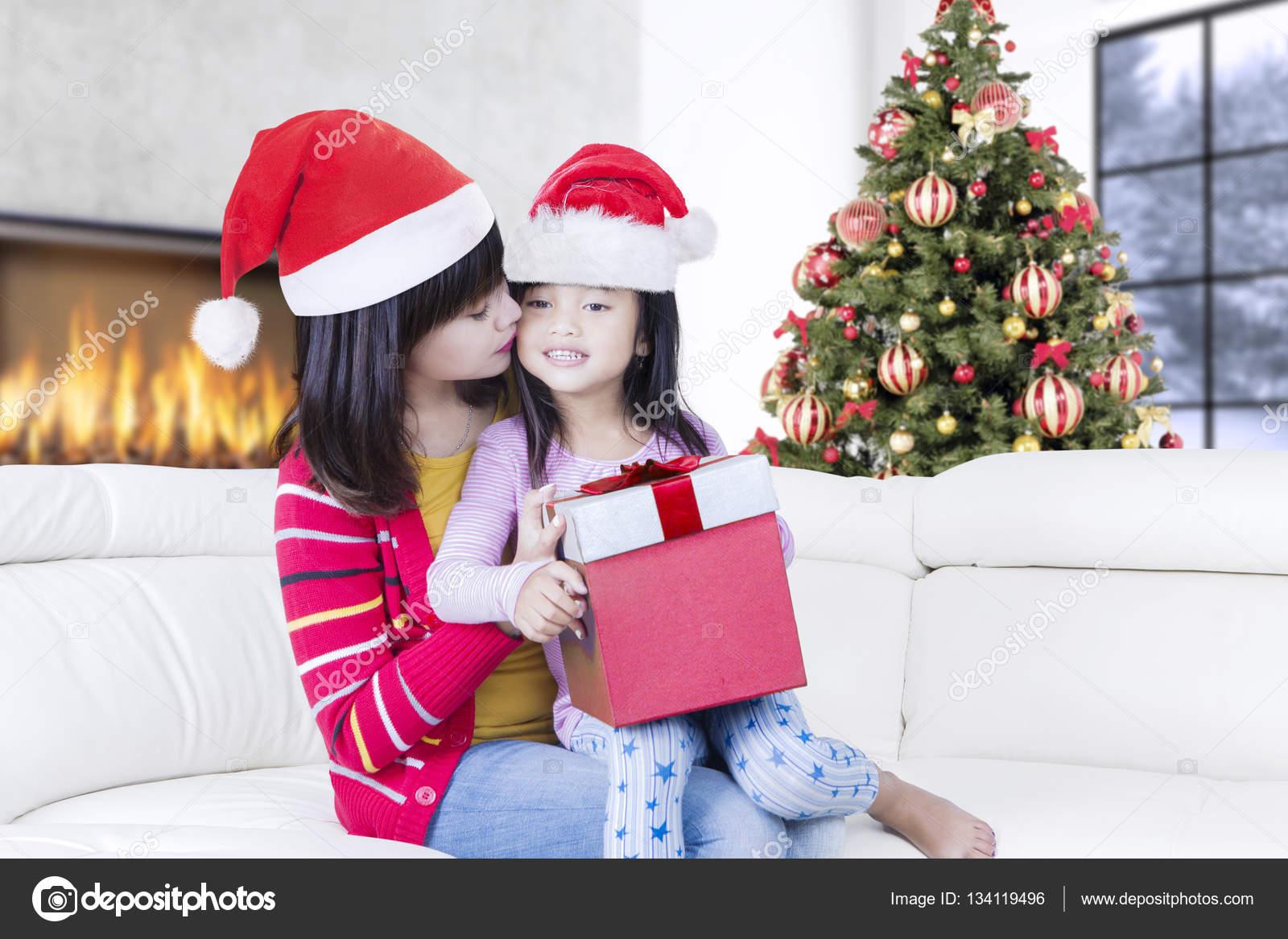 belle m re baise petite fille avec cadeau photographie realinemedia 134119496. Black Bedroom Furniture Sets. Home Design Ideas