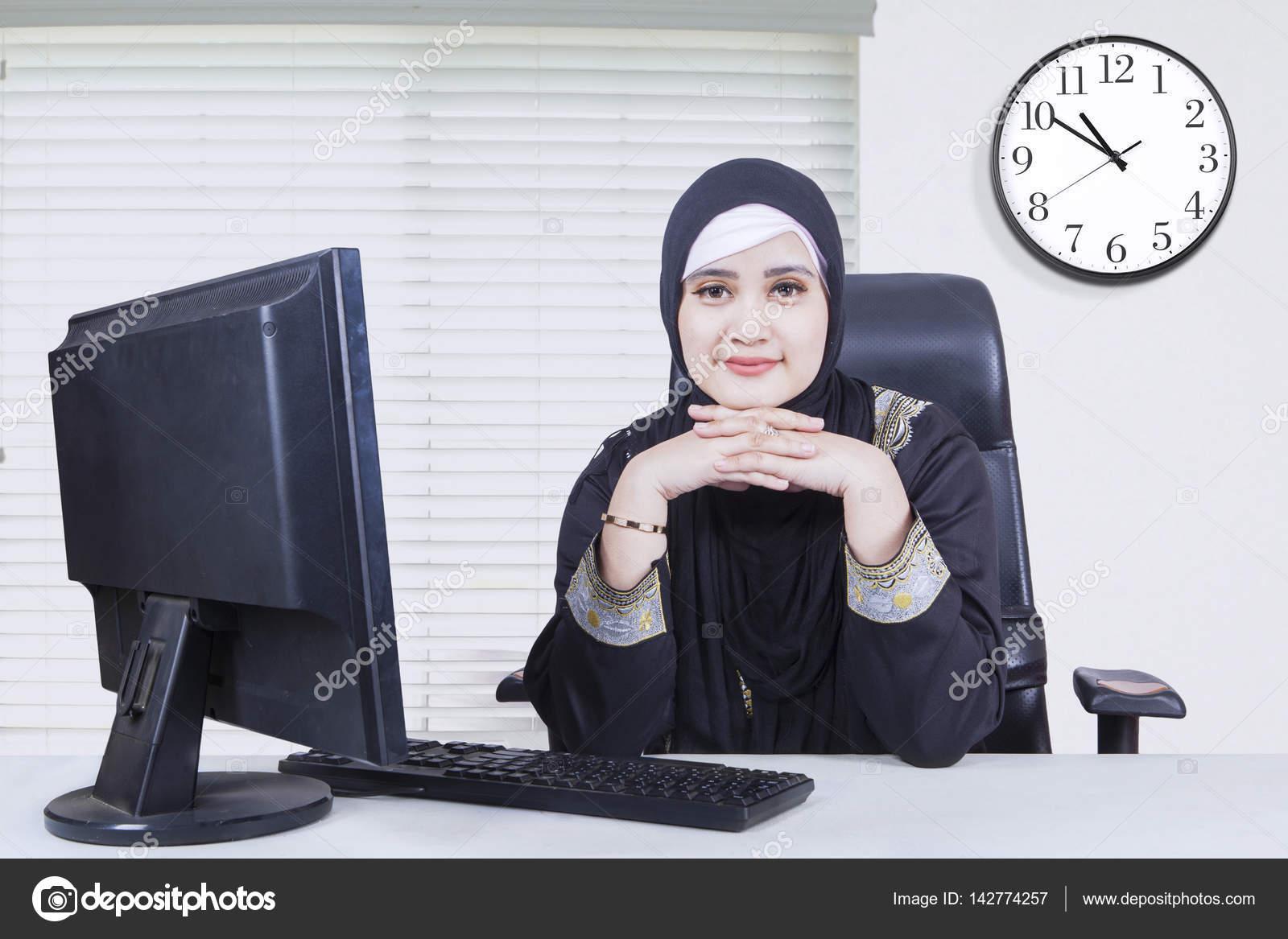 Réfléchie femme arabe au bureau u photographie realinemedia