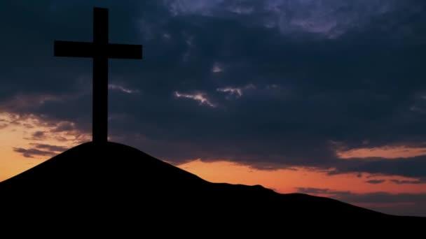 Kereszt szimbóluma a hegyi csúcs napkeltekor
