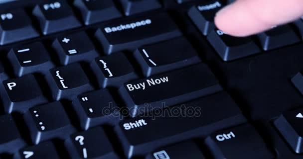 342f22ac3c03 Рук, нажав на кнопку Купить сейчас — Стоковый видеоролик ...