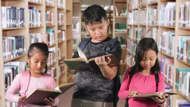 Děti číst knihy v knihovně