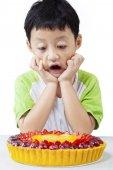 Fotografie Erstaunt Kind betrachten Torte