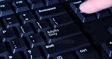 Prst dospělého pouze stisknutím tlačítka