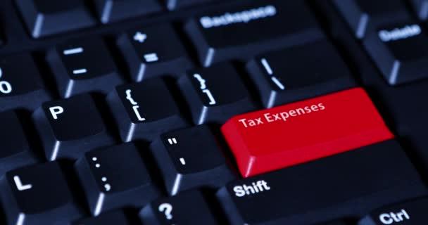 Prstem tlačí daňové výdaje tlačítko