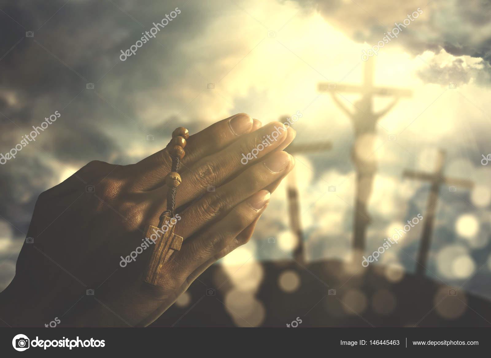 mains d un homme chr tien avec le rosaire photographie realinemedia 146445463. Black Bedroom Furniture Sets. Home Design Ideas