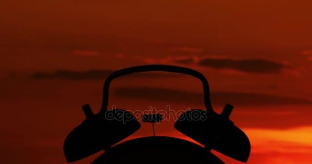 Silhouette des Weckers bei Sonnenaufgang