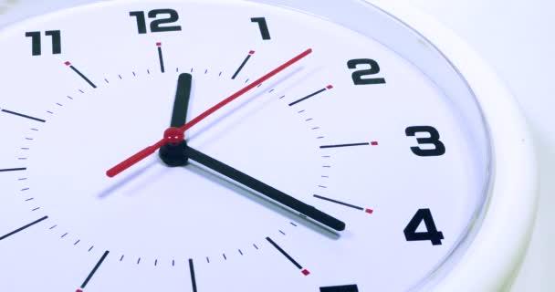Nástěnné hodiny s dvanácti dvacet dva