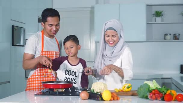 Muslimská rodina vaření zeleniny v kuchyni