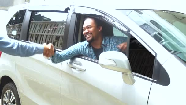 Afro člověk přijímá nové auto