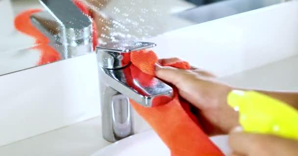 Dienstmeid handen reinigen van kraan en wastafel u stockvideo