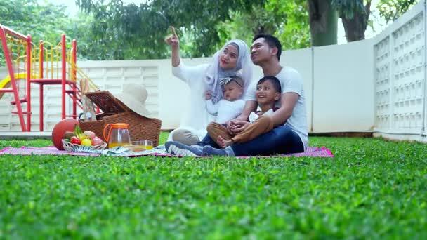 Šťastné muslimské rodiny těší piknik
