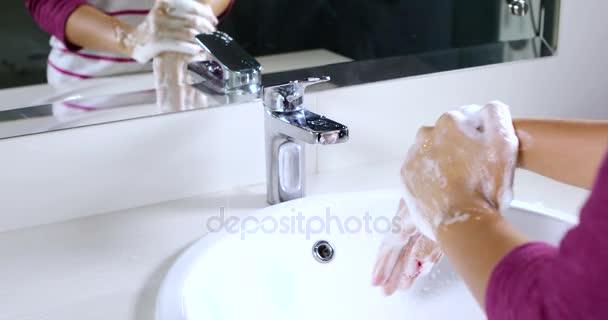Lavabo Manos.Lavarse Las Manos En El Lavabo De Mujer