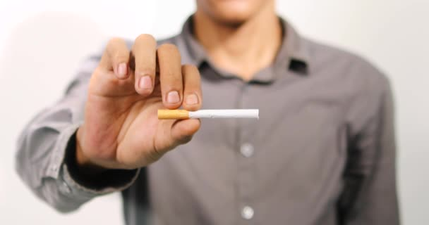 ember-kéz-törés-up-cigaretta