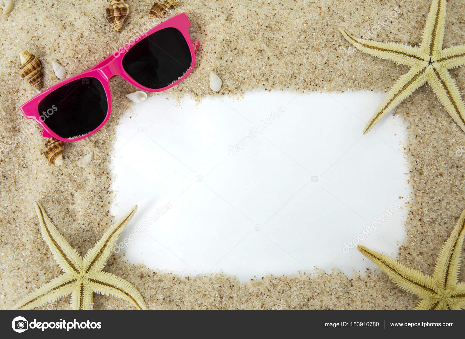 Gafas de sol y estrellas de mar en el marco de la arena — Foto de ...