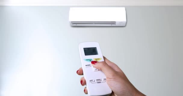 Hand erhöht die Temperatur der Klimaanlage