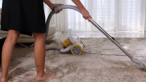 Žena, čištění koberců vysavačem