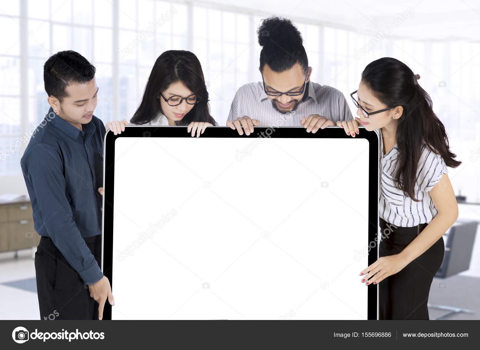 Business-Team hält leere Schild — Stockfoto © realinemedia #155696886