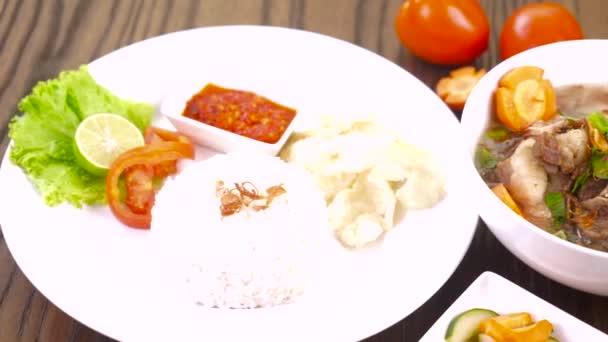 Polévka z hovězí oháňky Indonéské jídlo na dřevěný stůl