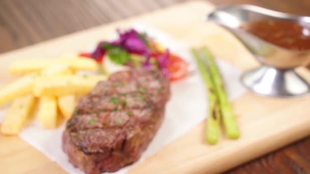 Chutné hovězí steaky na prkénku