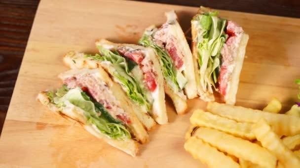 chutné sendviče a hranolky