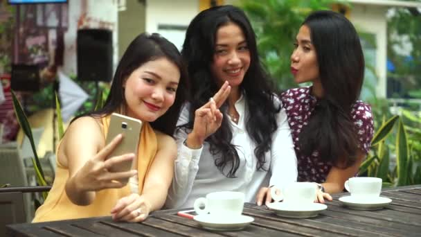 Három nő vesz selfie fotó, kávézó