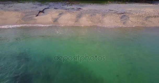 Pláž s tyrkysovou vodou a korálový útes