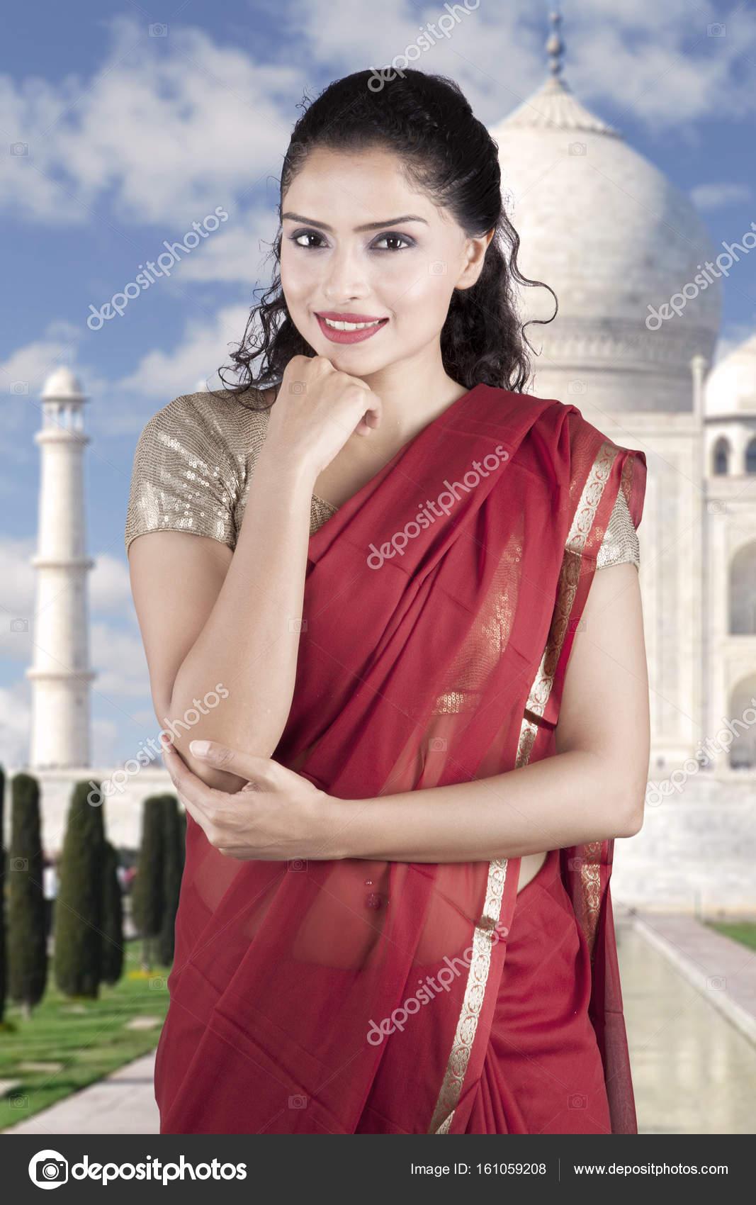 Ziemlich Indianerin tragen rote Sari Kleider — Stockfoto ...