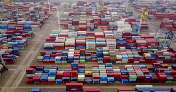 gestapelte Frachtcontainer im Hafenterminal