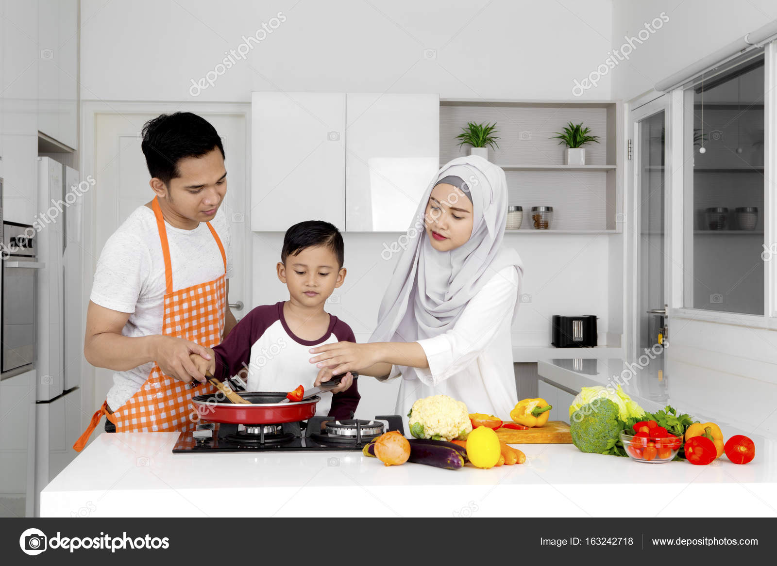 Muslim family cooking together in the kitchen — Stock Photo ...