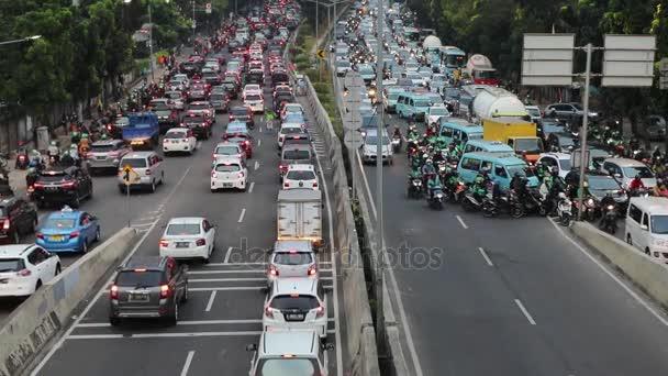Dopravní zácpa na dálnici Casablanca v Jakartě