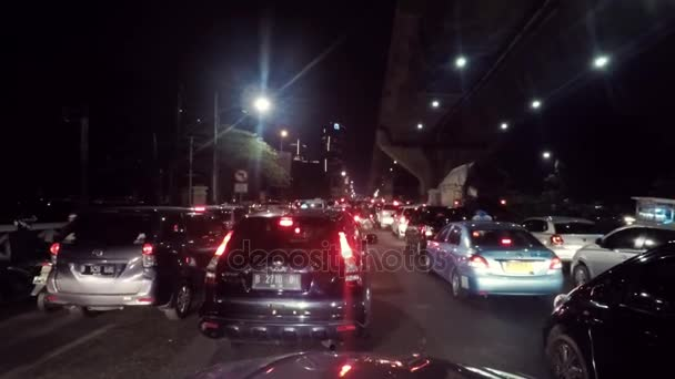 Dopravní zácpa na cestách v Jakartě v noci
