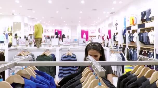 Žena výběr oblečení na mall