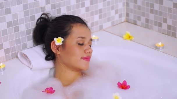 Krásná asijská žena relaxace ve vaně