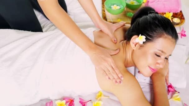 Kezek masszírozni a spa szalon női váll
